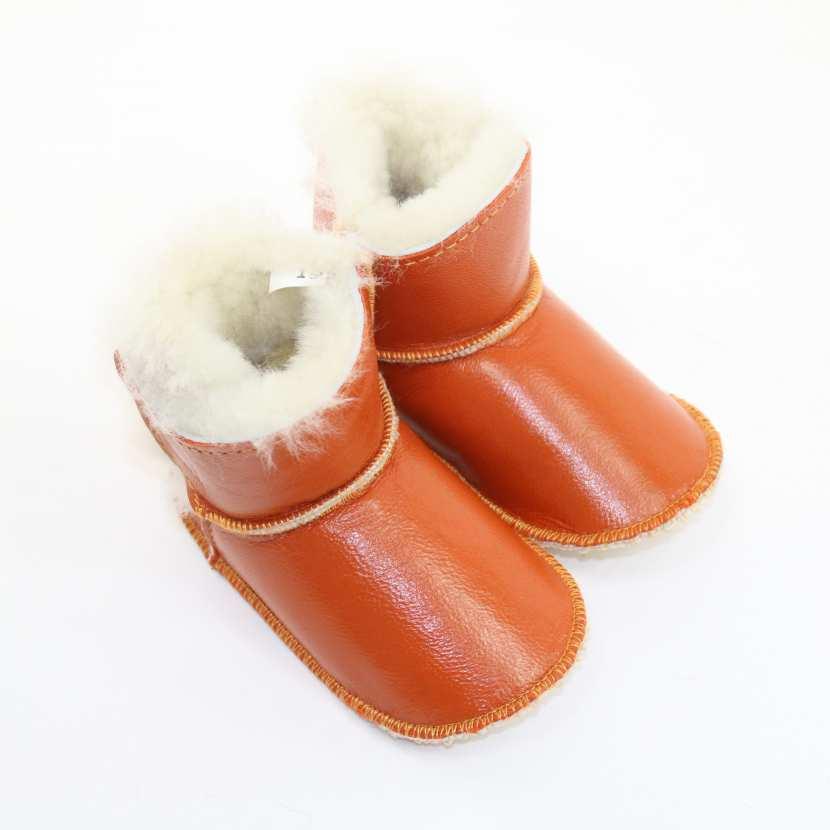 chaussons b b en peau fourrure d 39 agneau orange fonce fourr mouton. Black Bedroom Furniture Sets. Home Design Ideas